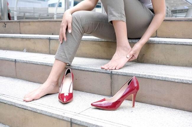 Đi giày không đúng cách có thể dẫn đến bệnh gout