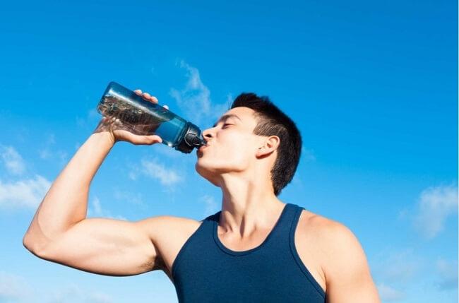 Uống đủ nước giúp ngăn ngừa tăng acid uric