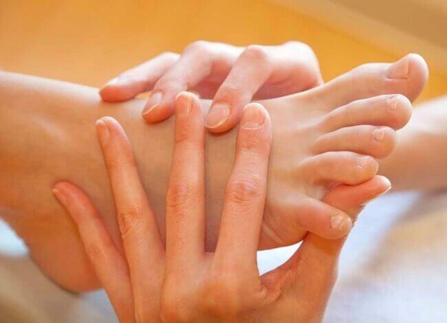 Bấm huyệt kết hợp với xoa bóp bàn chân